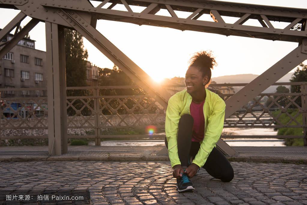 非洲肌肉女_非洲裔美国女跑步者收紧鞋带