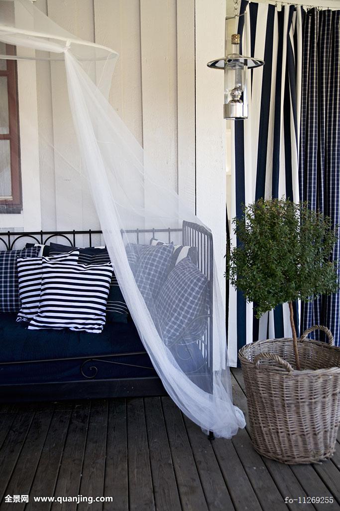 白天,床,白色,蓝色,垫子,仰视,篷子,靠近,小,盆栽,树,木质,阳台,地面图片