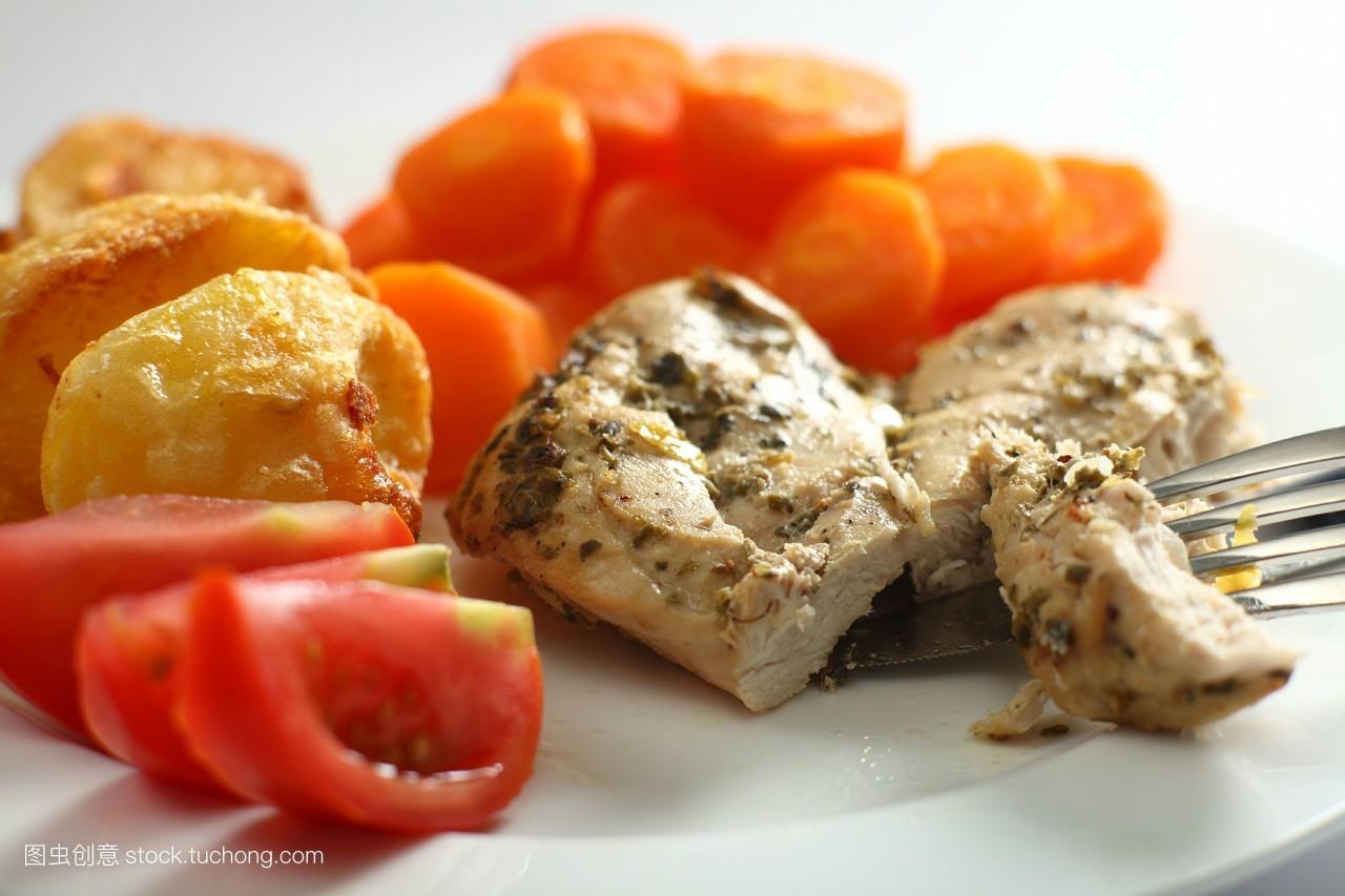 食品�zl�9��9�+_切片,吃,烹调,食品,煮,牛至,煮沸,鸡肉,烘焙,餐,无人,土豆,餐叉,番茄