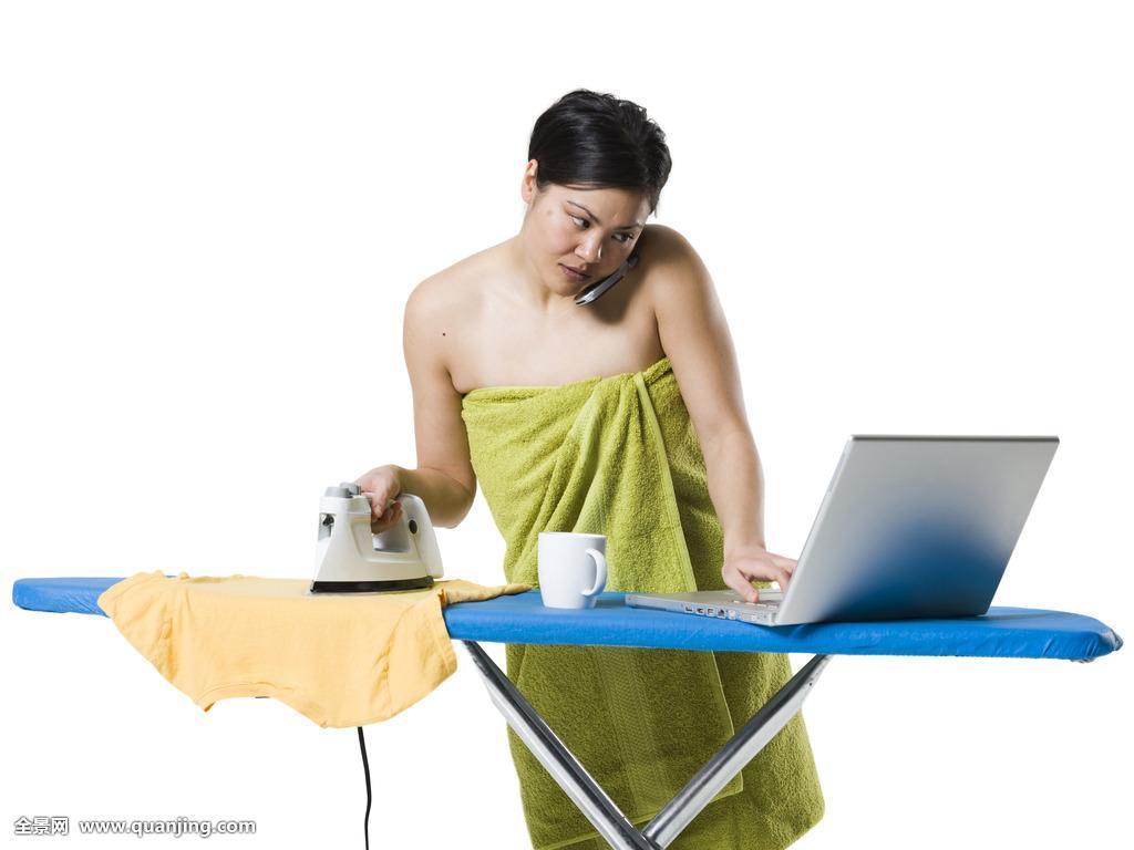 女裸野摸_20多岁,一个,裸肩,忙碌,通话,琐务,电脑,消费电子产品,交谈,讨论,女性
