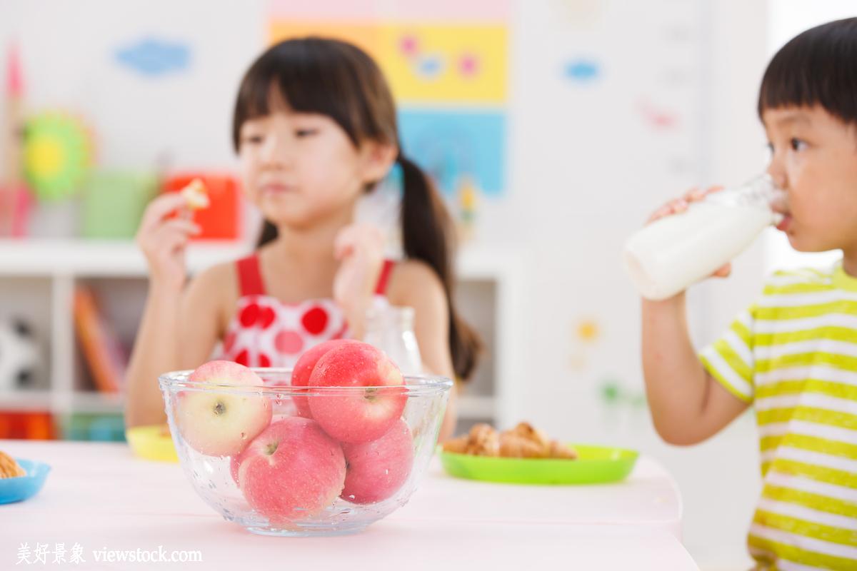 幸福,两个人,教室,水果,桌子,容器,面包,苹果,新鲜,幼儿园,长发,饮食图片