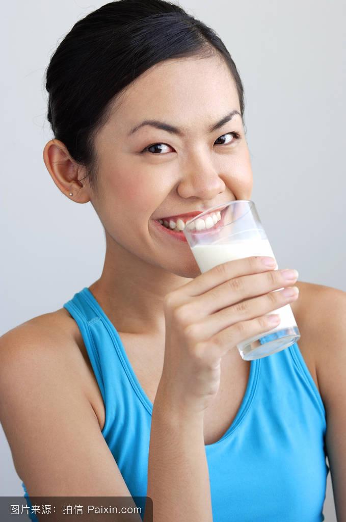 谁�y�#�.��g,9b�9.�_拿�%9d�一杯牛奶的