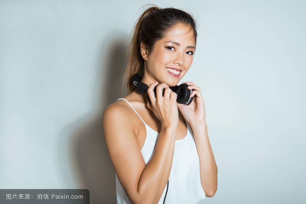 亚州女人�9�'�od9o9f�x�_漂亮的亚洲女人带耳机
