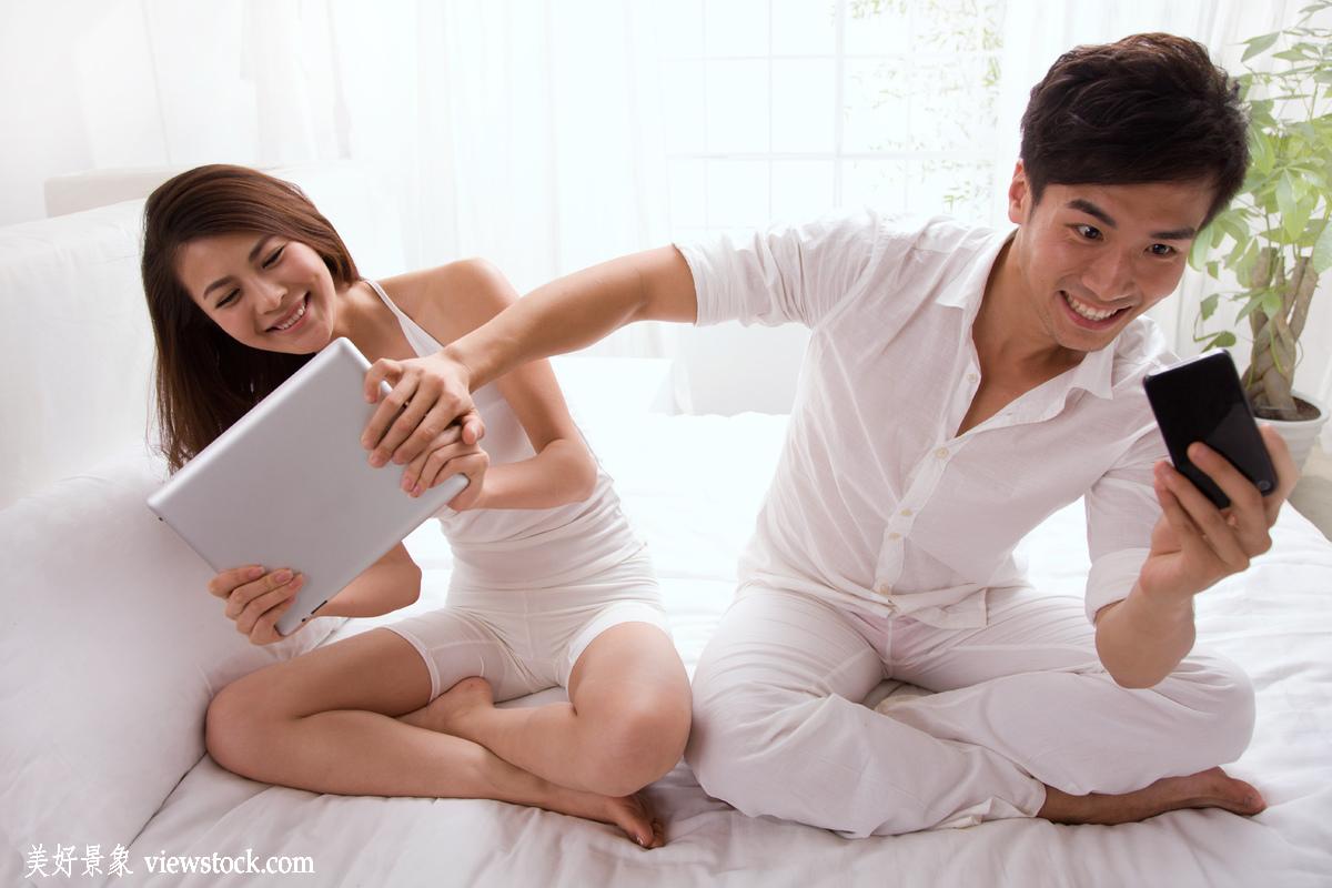 和40多岁的女人做ai视频_男人,女人,手,肖像,注视,床,通讯,电话,科技,窗户,看,网络,中国