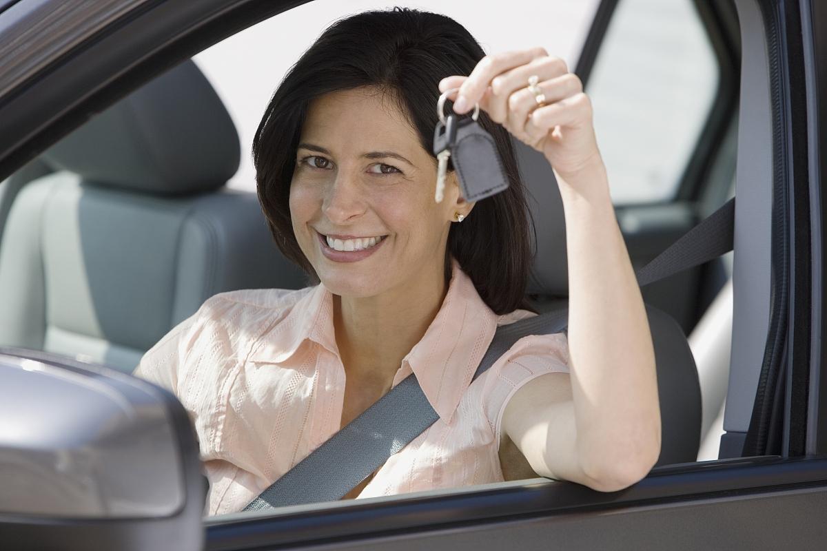 车内女子抱车钥匙