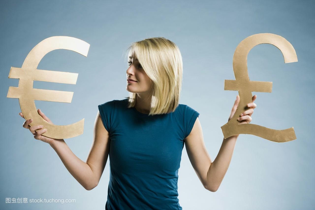 彩色背景,肖像,金色头发,中长发,黄金,便装,货币符号,汇率,欧元,国际图片