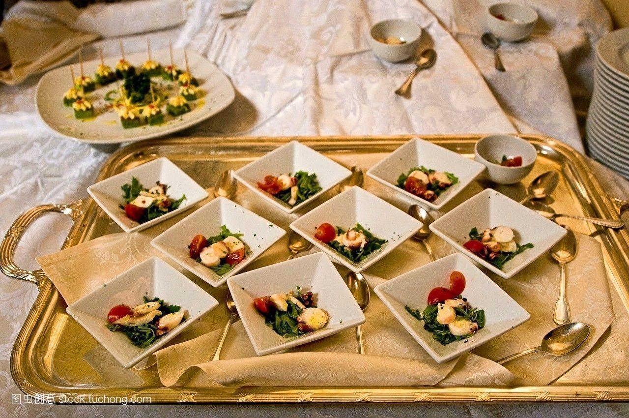 食品�zl�9��9�+_看着,意大利人,欧洲,庆祝,食品,婚礼,意大利,银,盘子,小吃,鱿鱼,白天