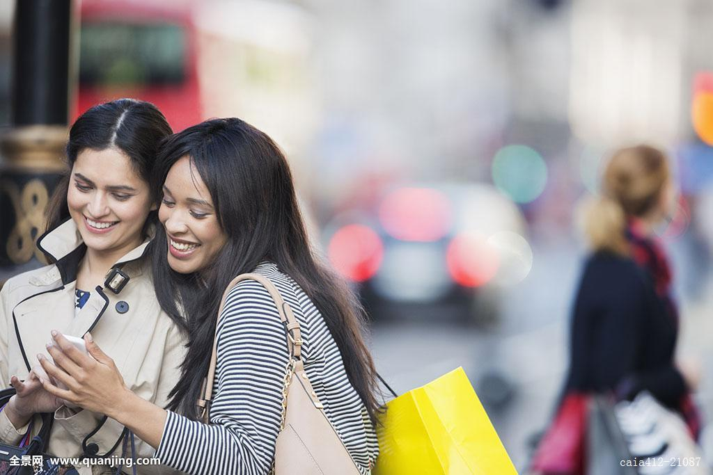国内自拍偷拍性爱_女人,看,手机,城市街道