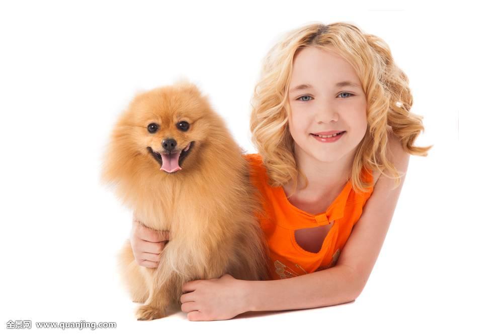 小微笑女孩拿着狗
