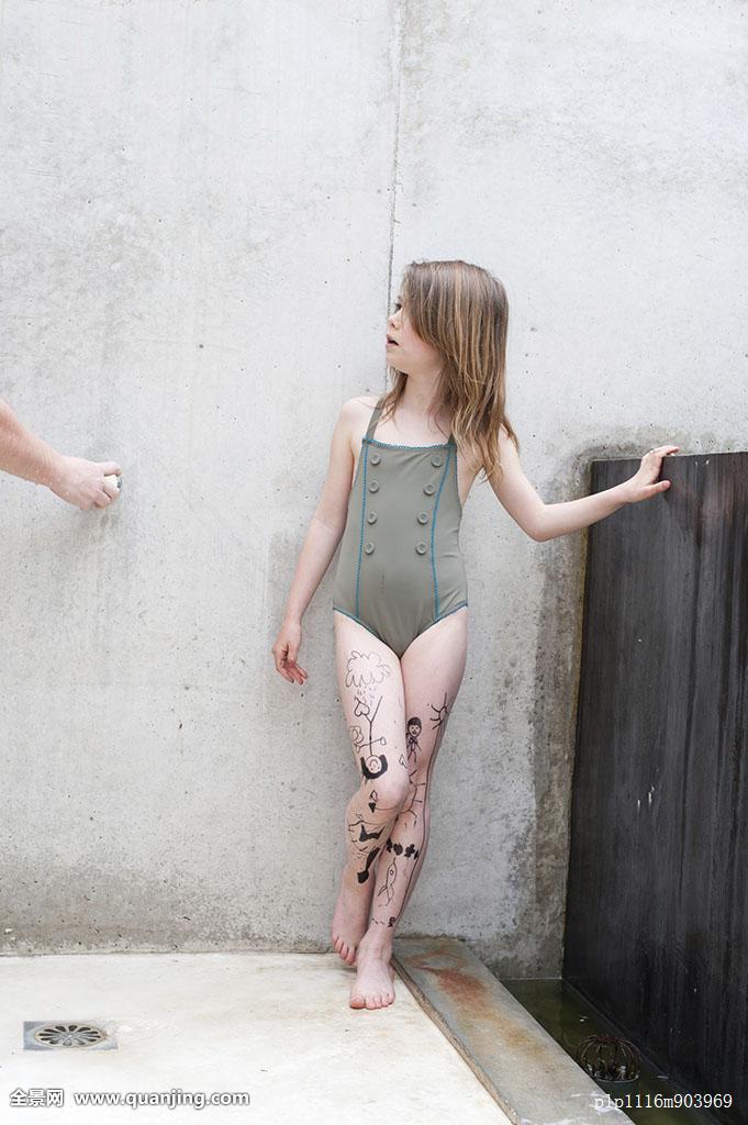 季节,淋浴,一个人,站立,夏天,惊讶,吃惊,游泳,泳衣,纹身,墙壁,洗,水图片