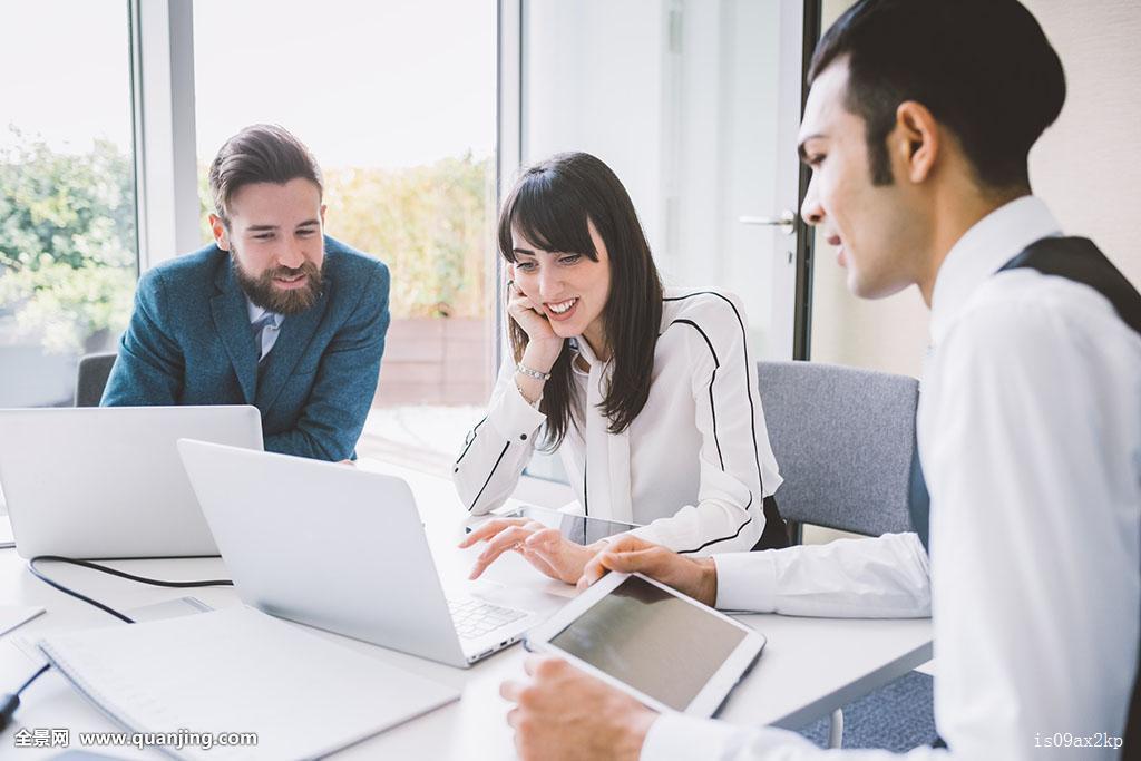 年轻,职业女性,男人,会议室,会议桌图片