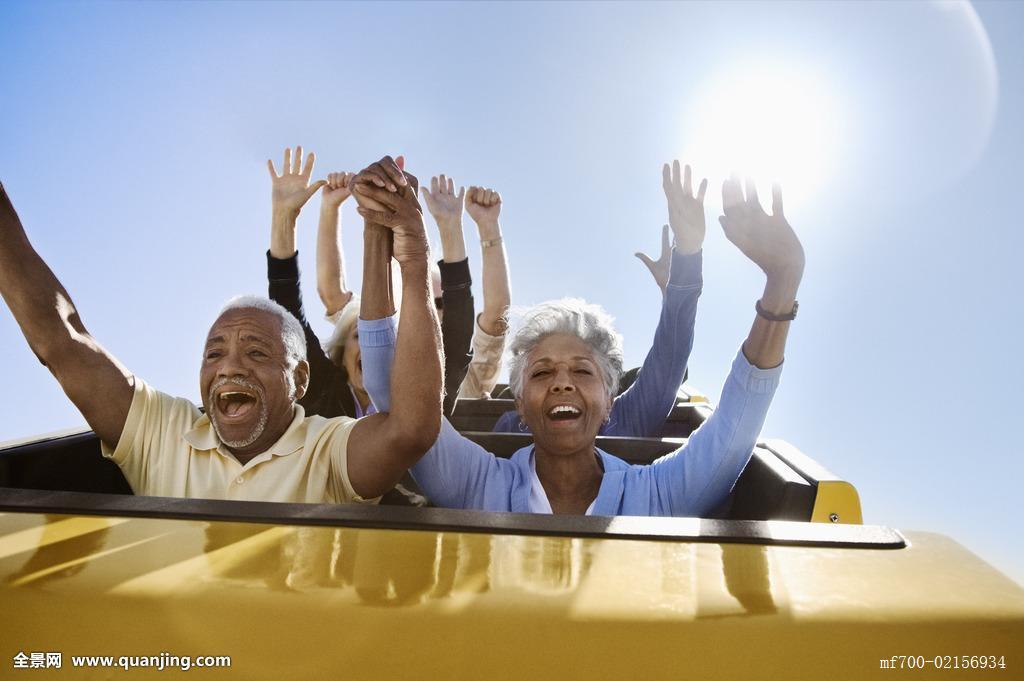运动衣坐旅游胜地旅游观光热情兴奋高兴活力老人老年白发