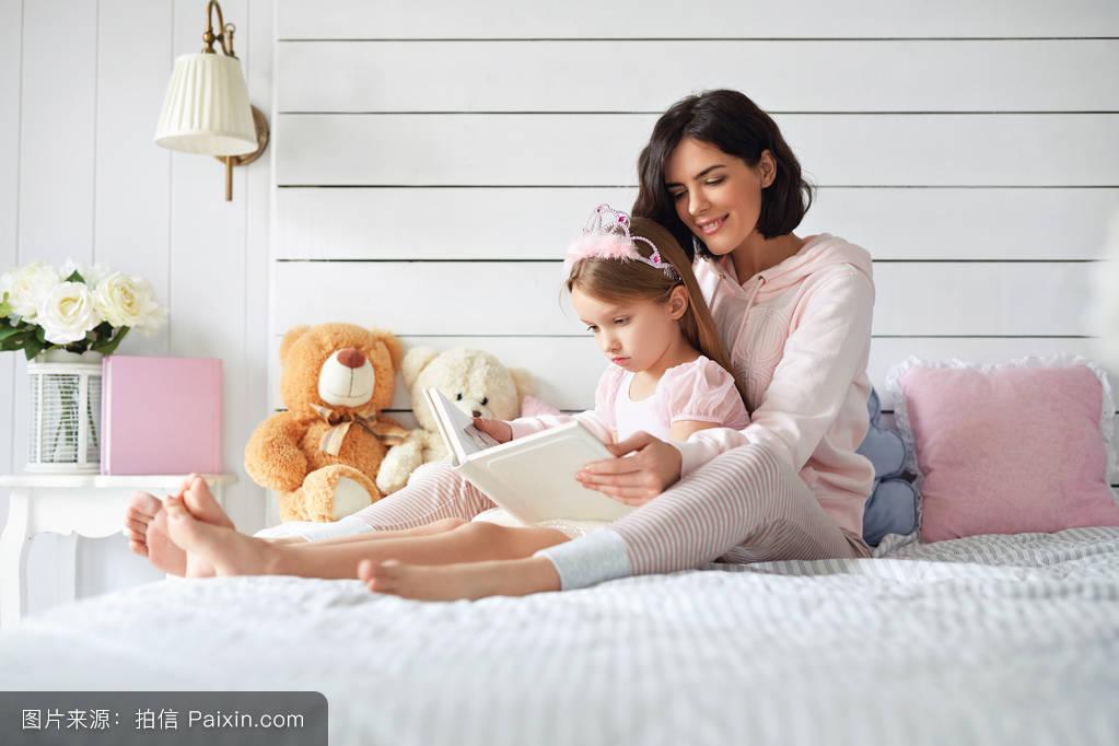摸妈妈操妈妈�9l#�+_妈妈正在给女儿读书.
