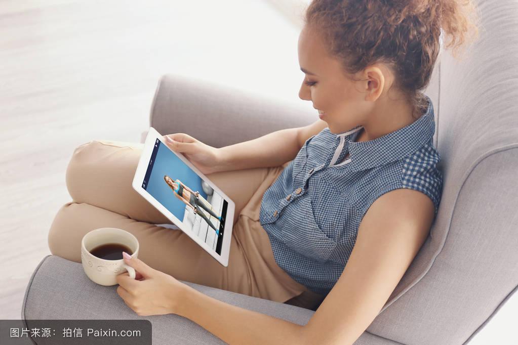 互联网运动课程咨询白种人家女性的训练通道娱乐博客网站