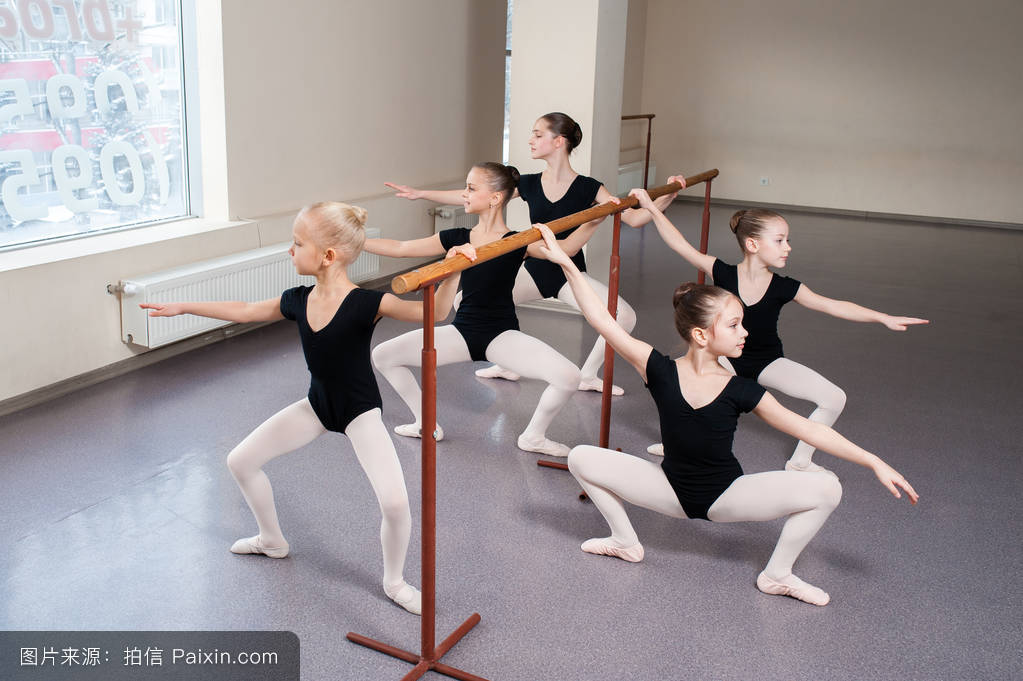 舞蹈_孩子们在舞蹈课上教芭蕾姿势.