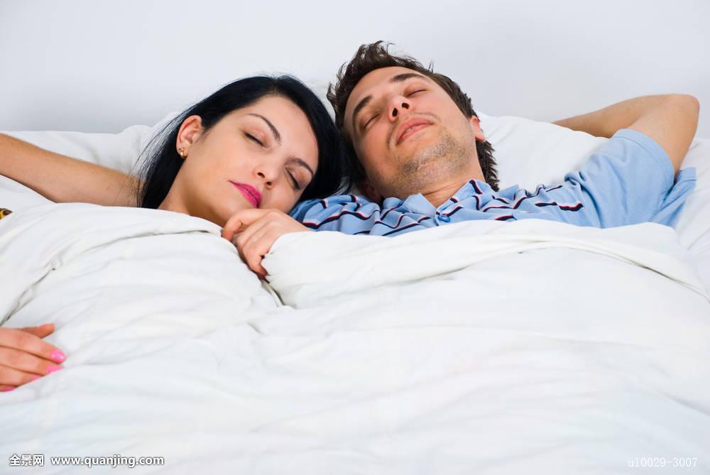 梦见抱自己老公睡觉