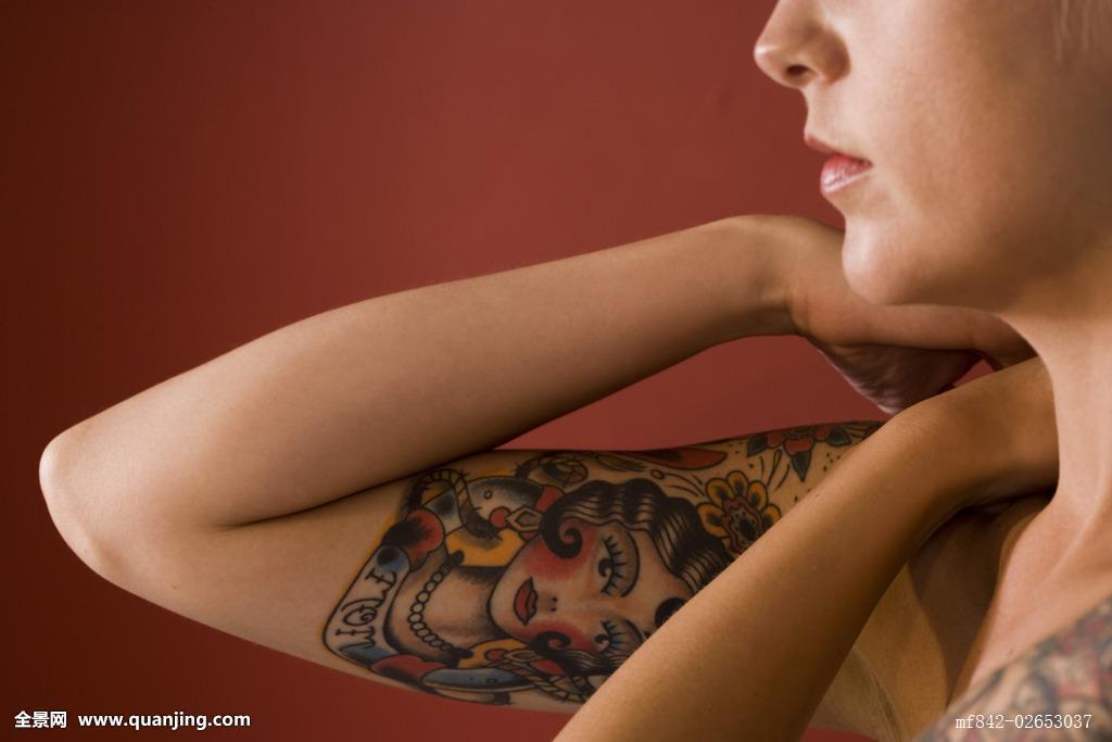 中年女人吧_侧面,中年,女人,纹身,设计,手臂