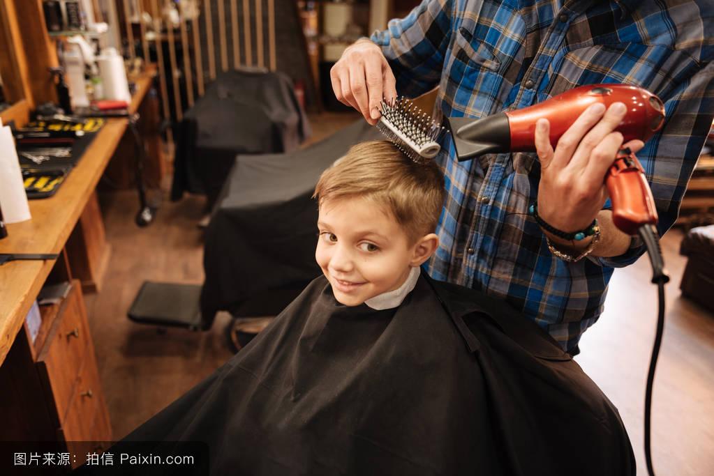 小孩理发店剪头发分享展示图片