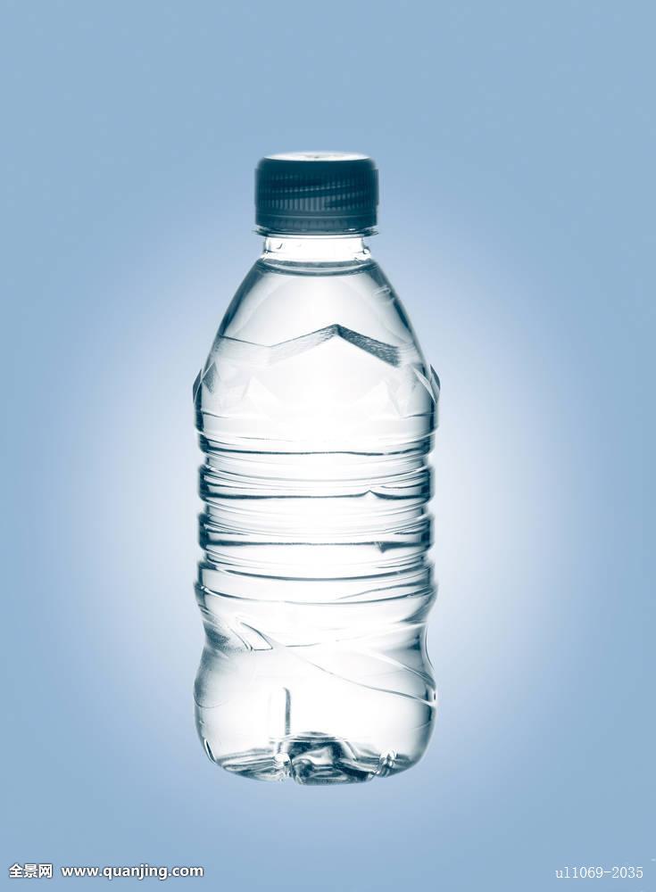 撒尿在矿泉水瓶子图片