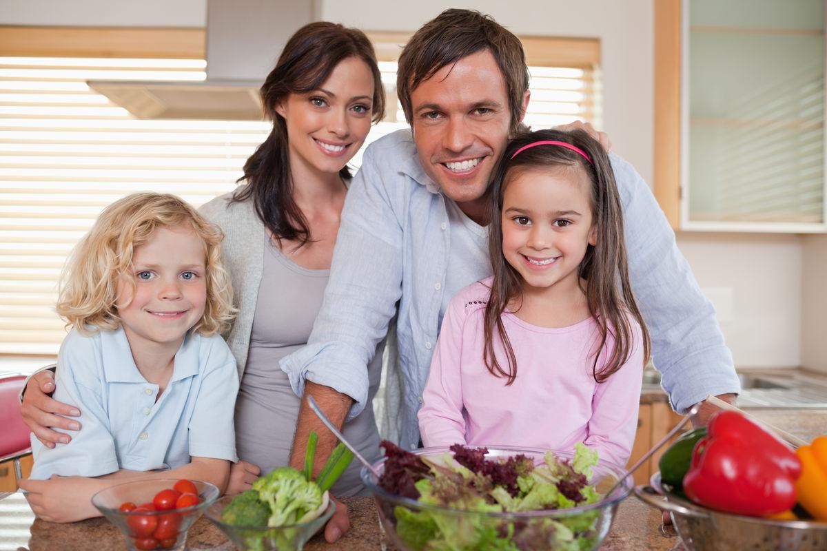 在厨房里准备沙拉的一家人图片