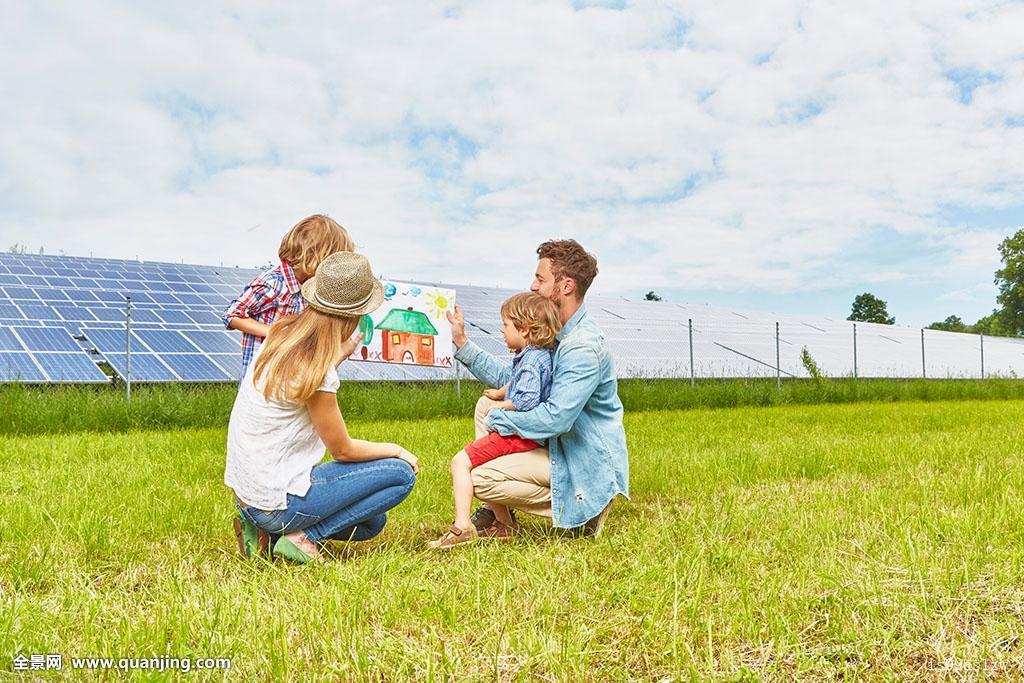 年轻家庭,坐,地点,看,房子,靠近,太阳能,农场图片