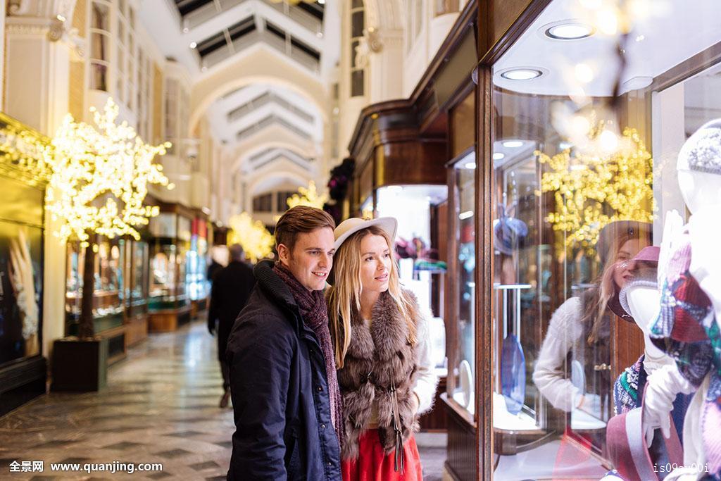 年轻情侣逛街伯林顿拱廊圣诞节伦敦英国