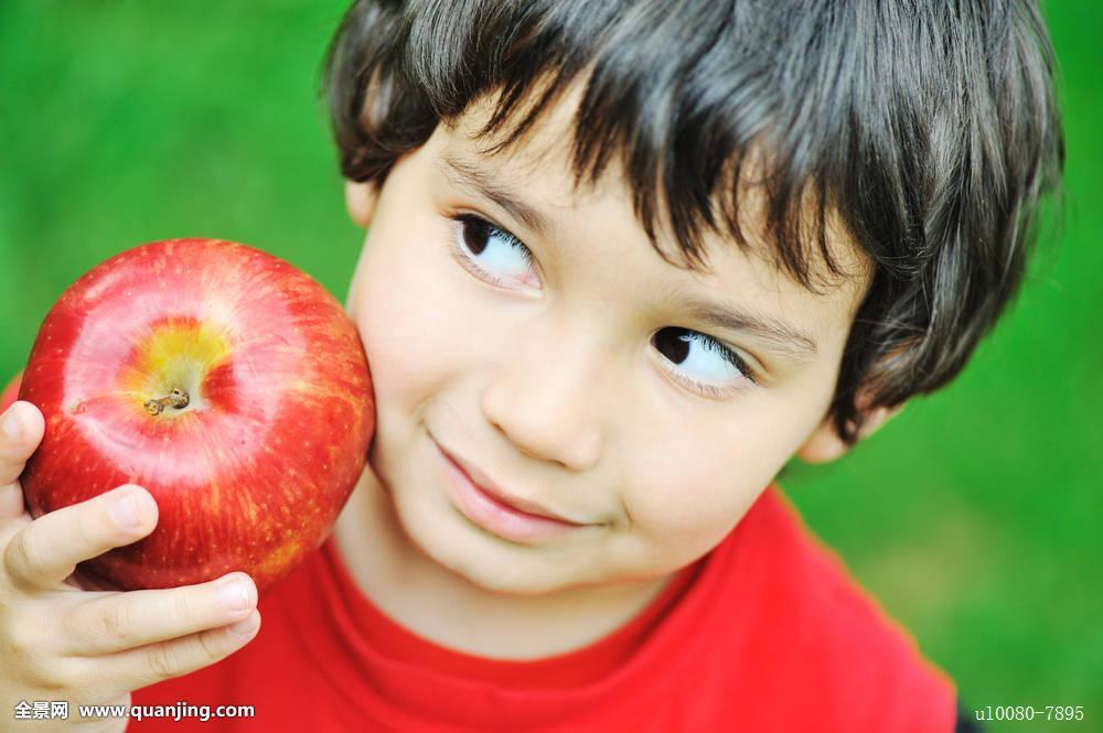 男孩,白人,愉悦,孩子,彩色,自信,可爱,饮食,吃,表情,眼睛,食物,水果图片