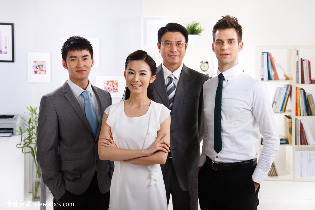成年人,微笑的,白昼,水平构图,双臂交叉,面部表情,办公室职员,商务图片