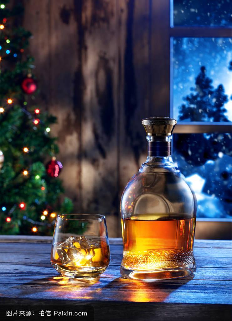 用威士忌和酒瓶背面的彩色玻璃特写