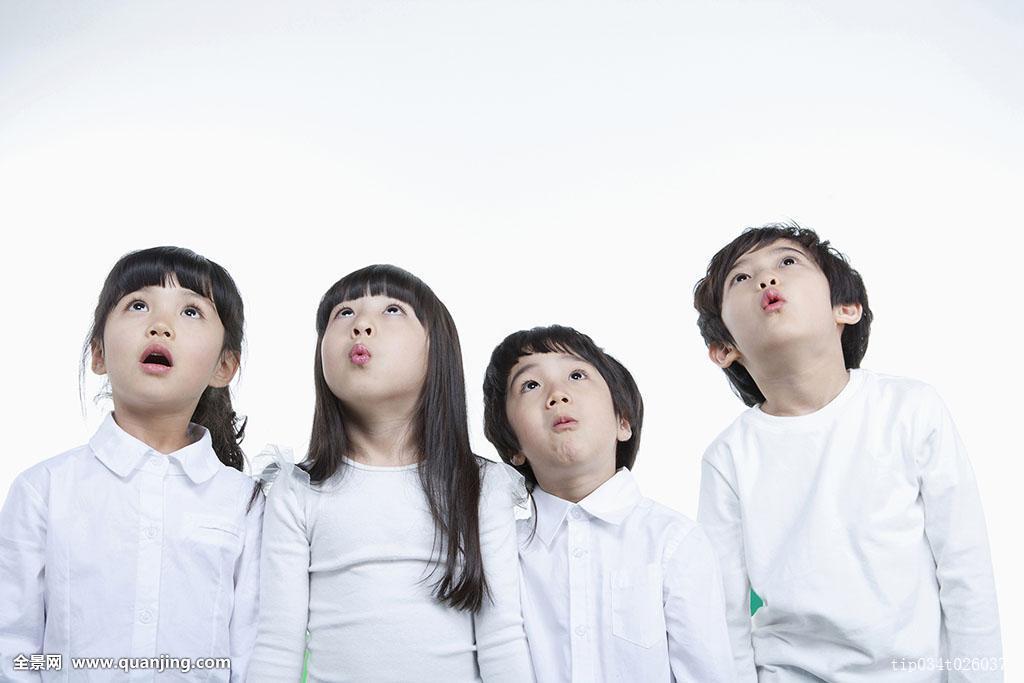 四个孩子,白色,球座,仰视,惊讶图片