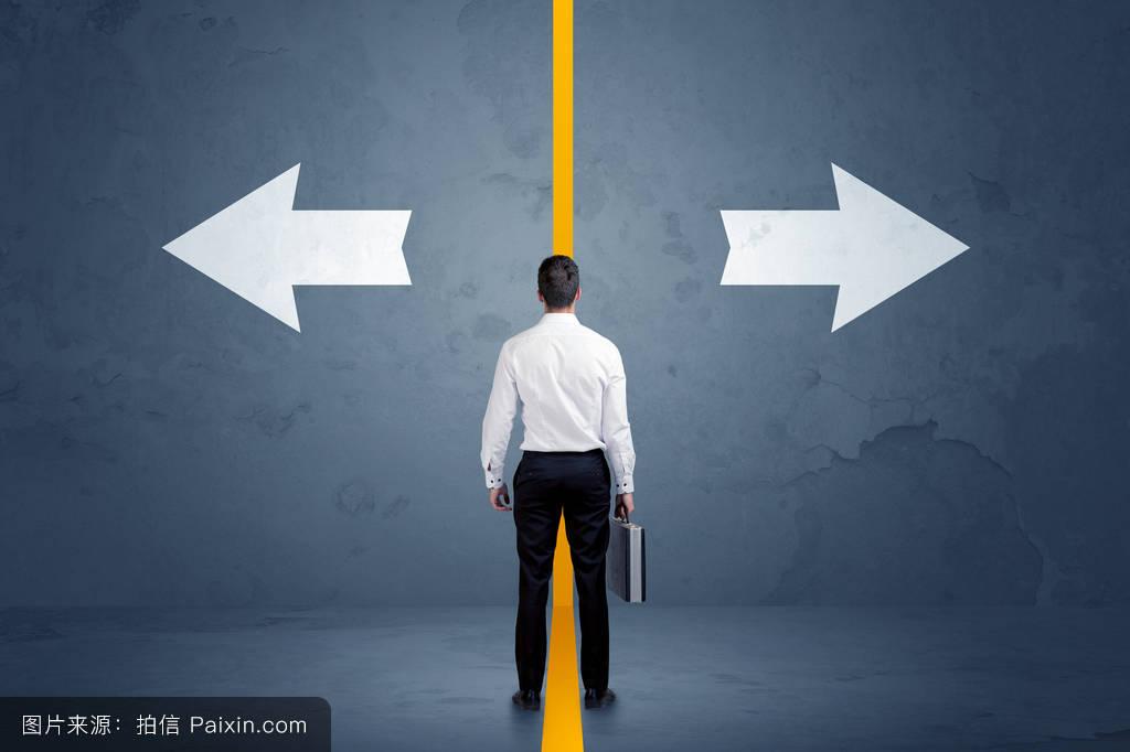 之间_业务人员在两个选项之间进行选择