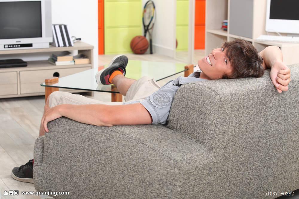 脚���-9kd9�+�eiy�-�kd_男青年,放松,沙发,脚,桌子