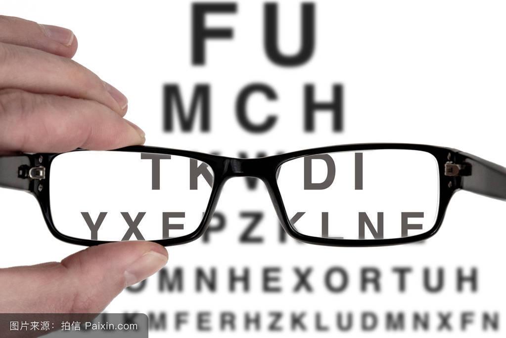 视力视力检查用男性手持黑色眼镜架图片