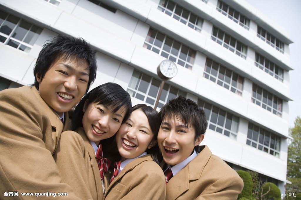 高中�y��-l9n��c%_肖像,四个,高中生,搂抱,微笑,看镜头