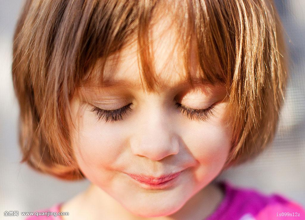 一个人,只有一个女孩,只有女孩,女孩,女性,只有孩子,闭眼,微笑,表情图片