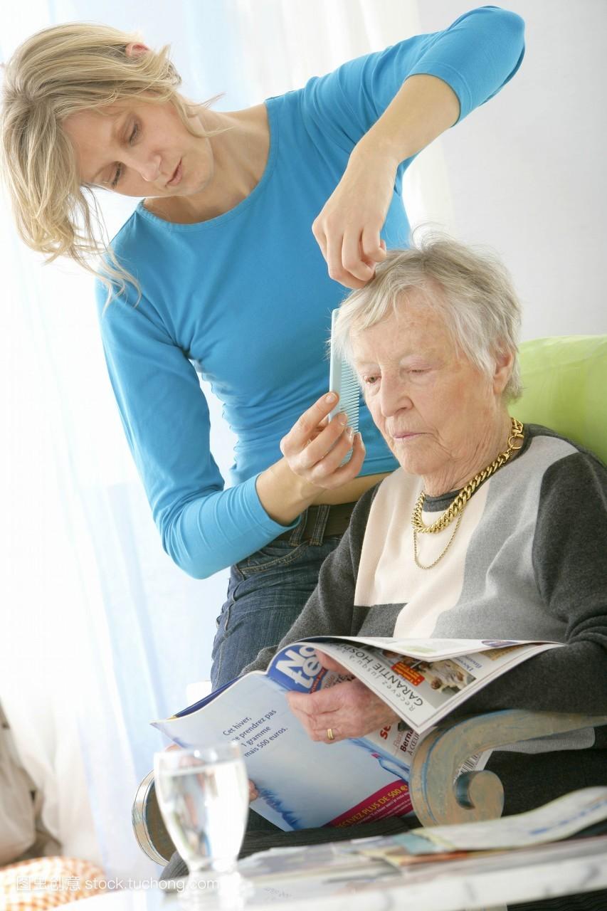 老年医学,照料,欧洲人,室内,人,欧洲的,60岁以上,梳子,头发,家庭护理图片