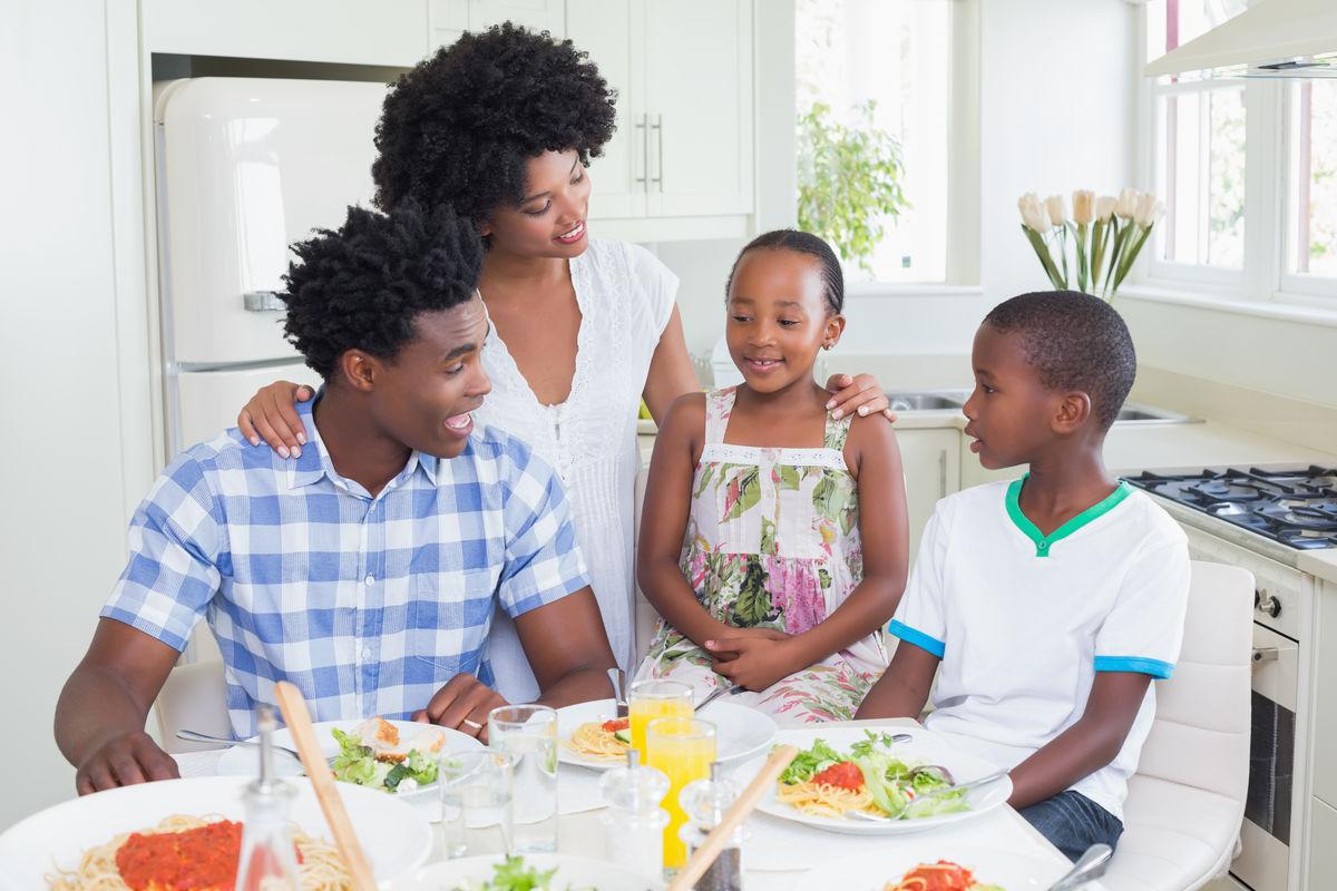 微笑着吃早餐的一家人图片