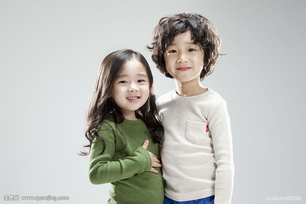 两个,3岁,5岁,家庭,情感,卷发,可爱,长发,男性,男孩,白色背景,亚洲人图片
