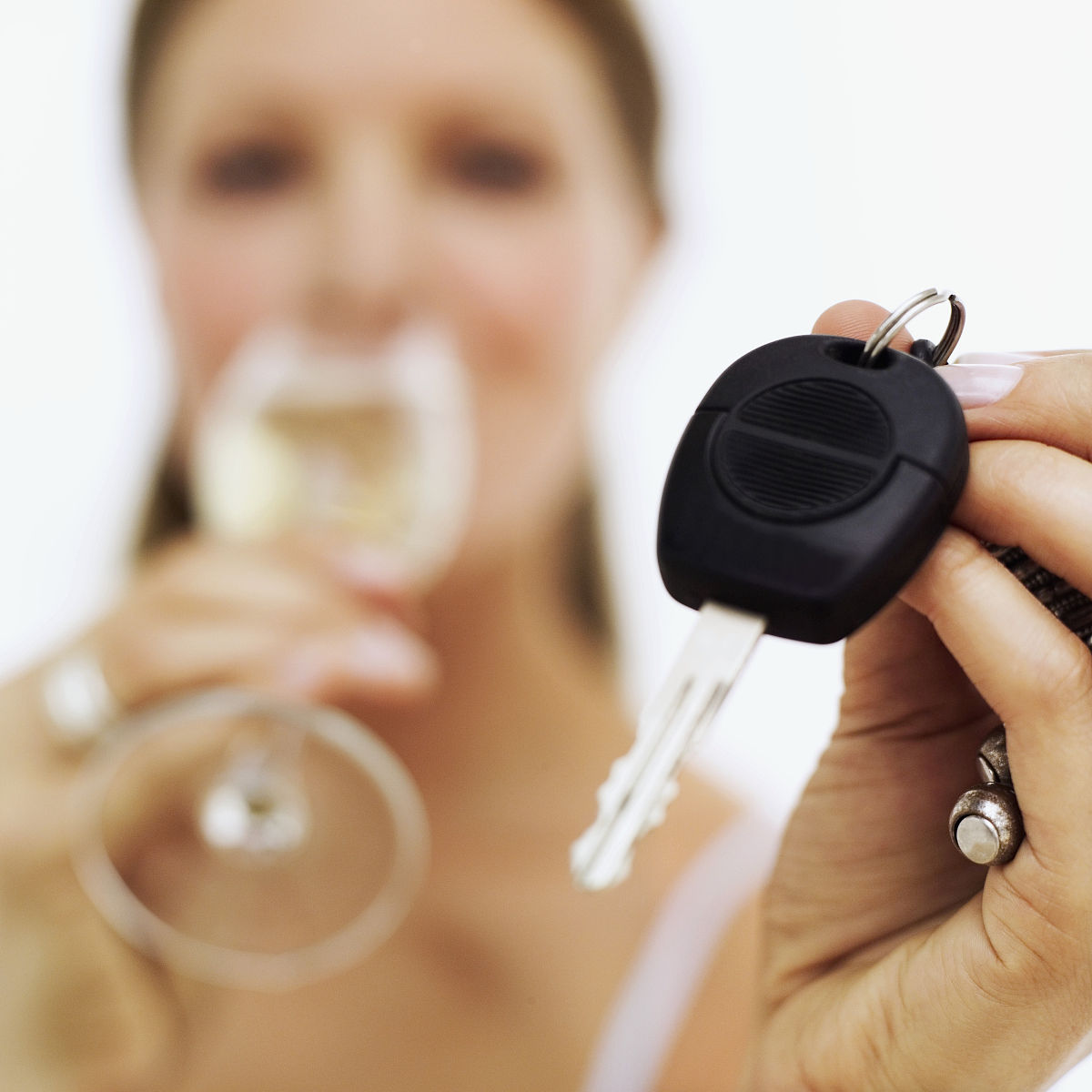 一个年轻女子手上的汽车钥匙特写