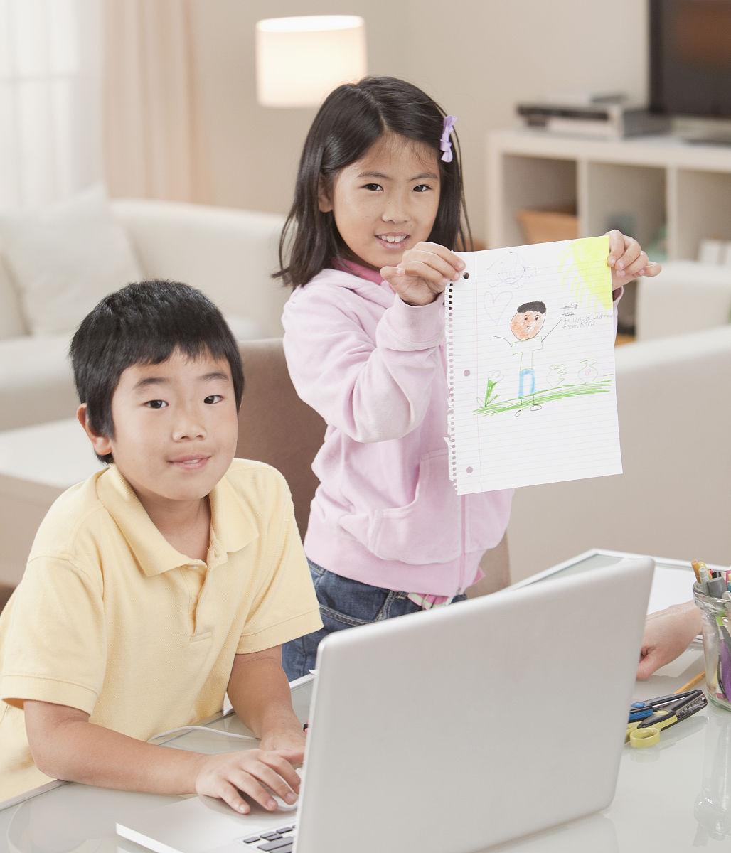 韓國兒童與筆記本電腦和繪圖圖片