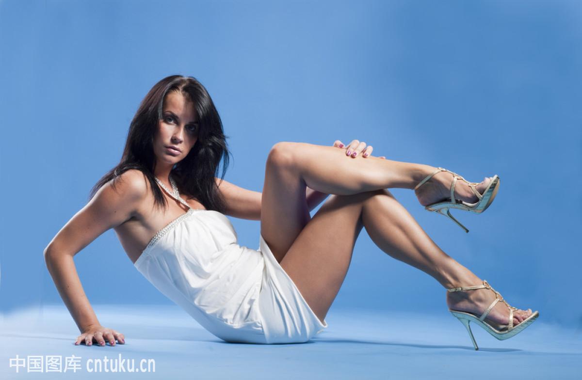 性感美女坐在地板上性感短裙图片美女图片