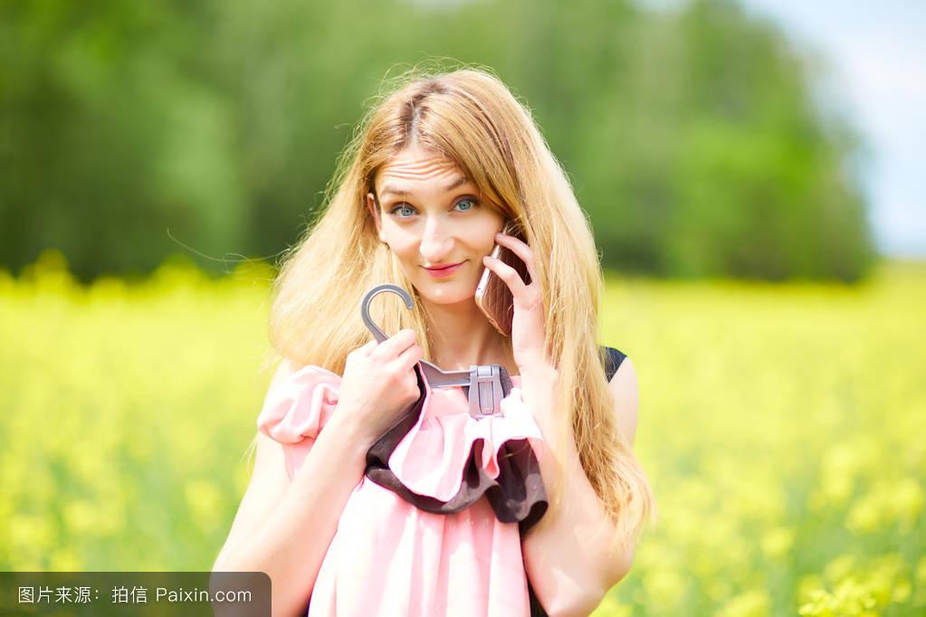 通信强幸福的站立令人愉快的女性的女孩长的可移动的美女