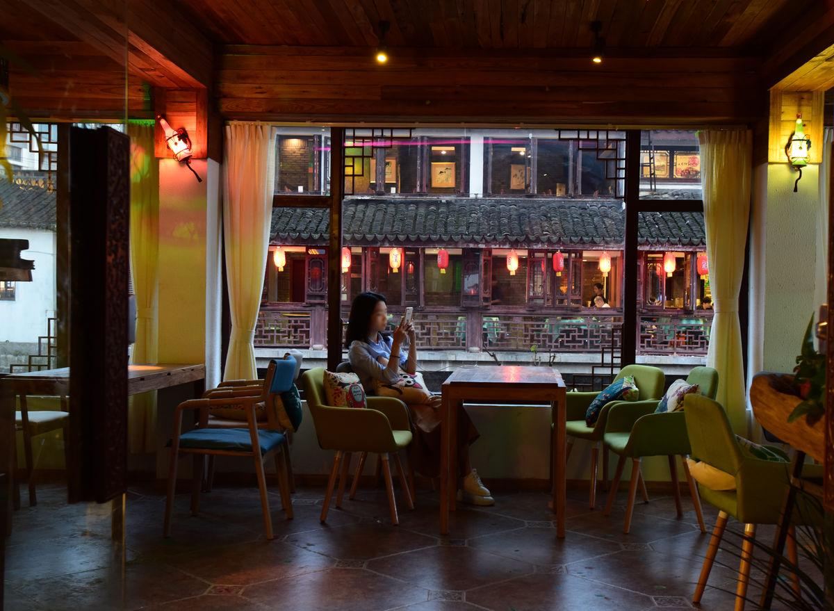 咖啡馆一角,咖啡厅,中式茶馆,古镇咖啡厅,茶餐厅,传统风格,顾客,休闲图片