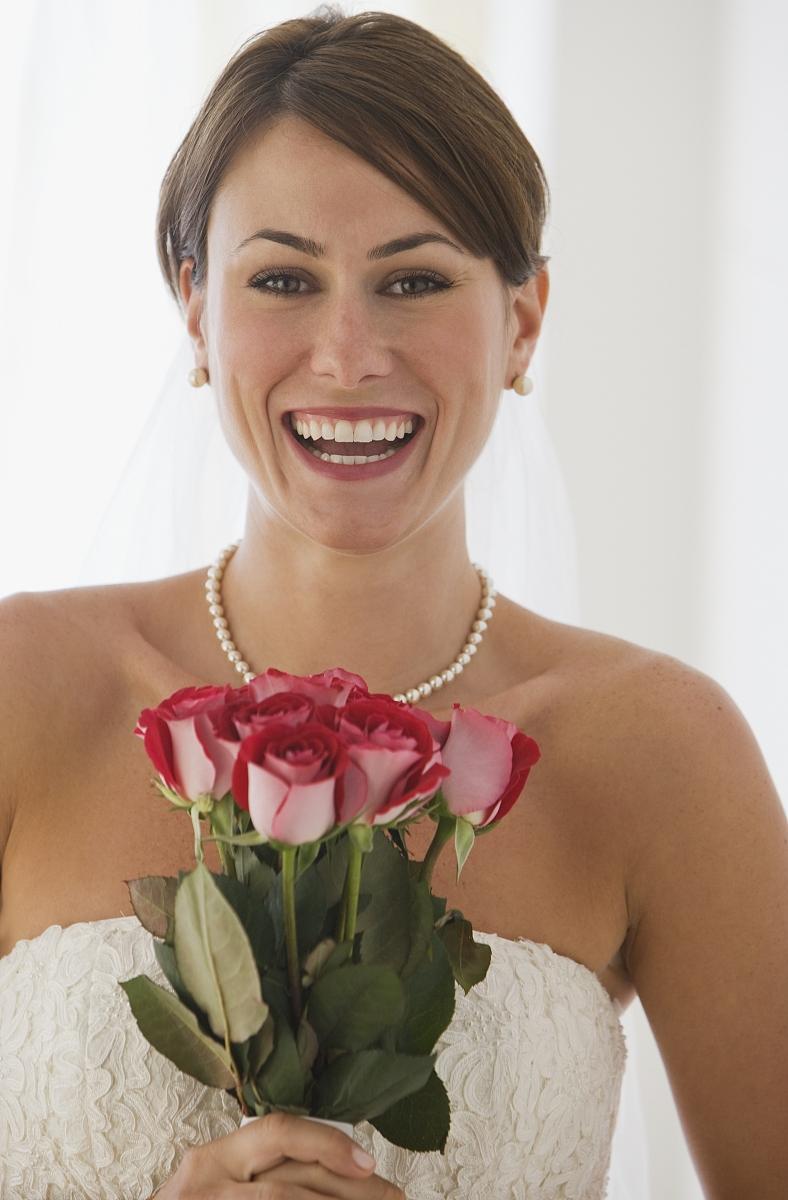 手捧鲜花的新娘