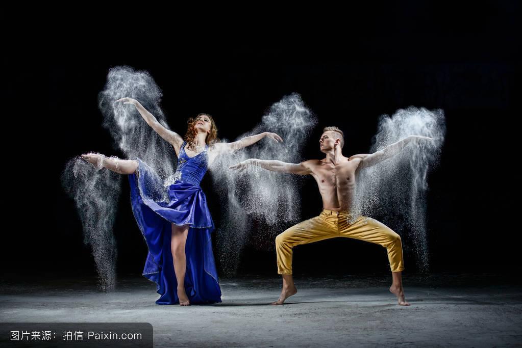 舞蹈_跳舞的情侣在黑暗中,在舞蹈中制造白云.