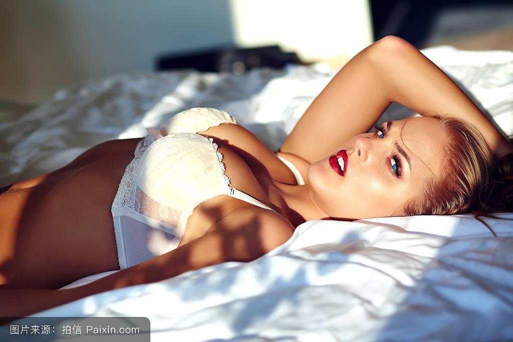 色欲裸女_偷拍:没穿内衣的美女露乳头 看的色欲横行 - 艳照走光 - 波波女性