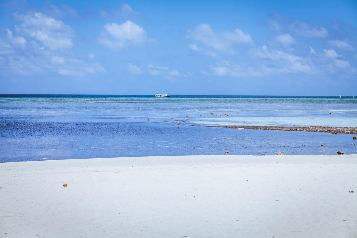 蓝天白云大海沙滩图片