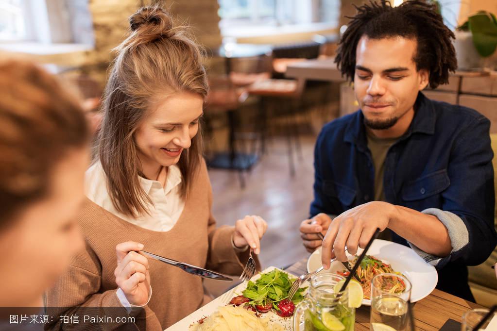 快乐的朋友在饭店吃饭喝酒图片