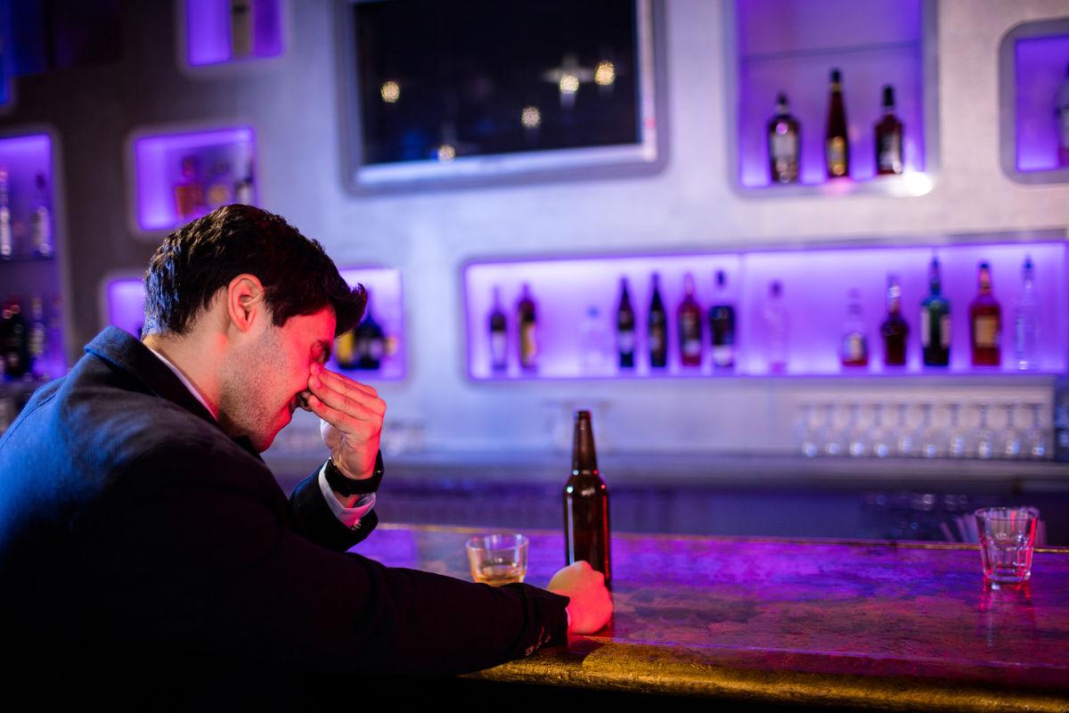 深思熟虑,严肃,悲伤,沮丧,成瘾,不高兴,喝酒,桌子,啤酒,啤酒杯,啤酒瓶图片