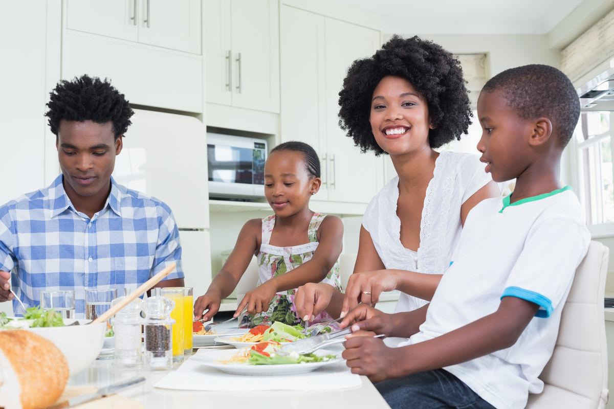 快乐的一家人坐在一起共进晚餐图片